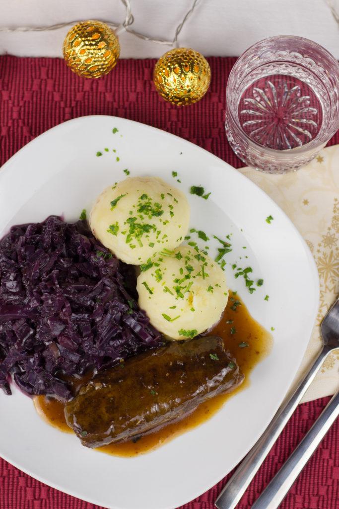 Vegane Roulade mit selbstgemachtem Rotkohl und Kartoffelklößen
