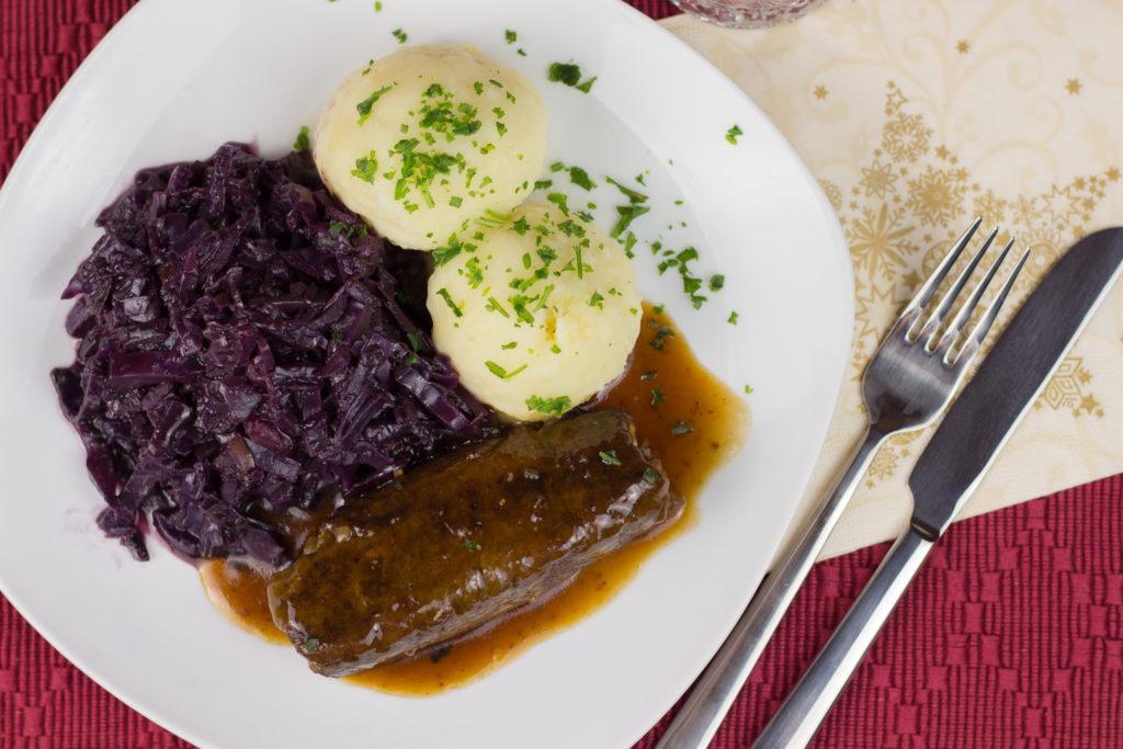 Vegane Seitan Roulade mit selbstgemachtem Rotkohl und Kartoffelklößen