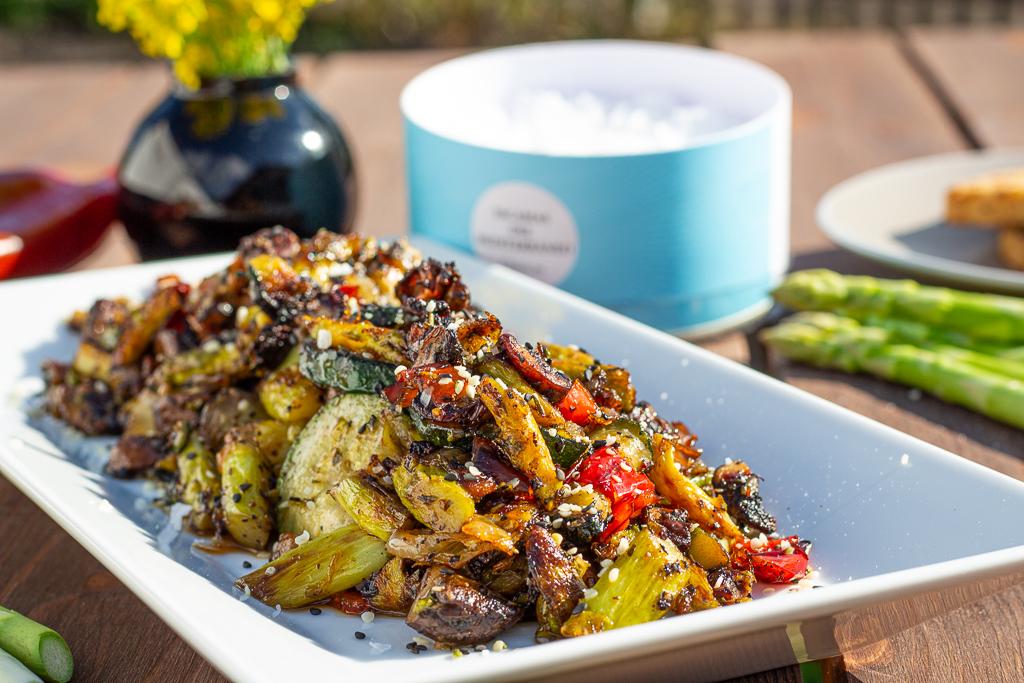 veganes Grillgemüse mit grünem Spargel und Pilzen