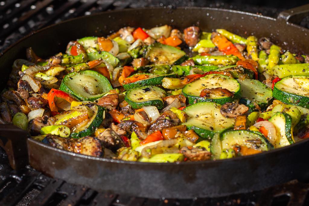 veganes Grillgemüse in einer gusseisernen Pfanne