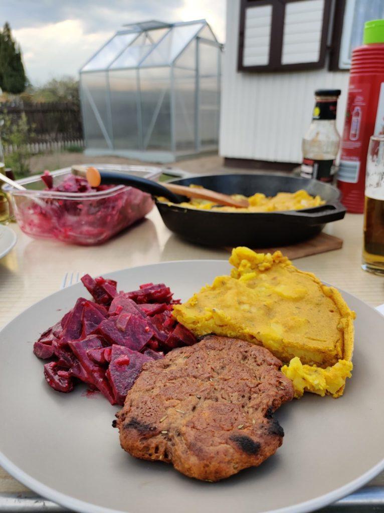 Vegane Tortilla mit Rote Bete Salat und Seitan-Steak.