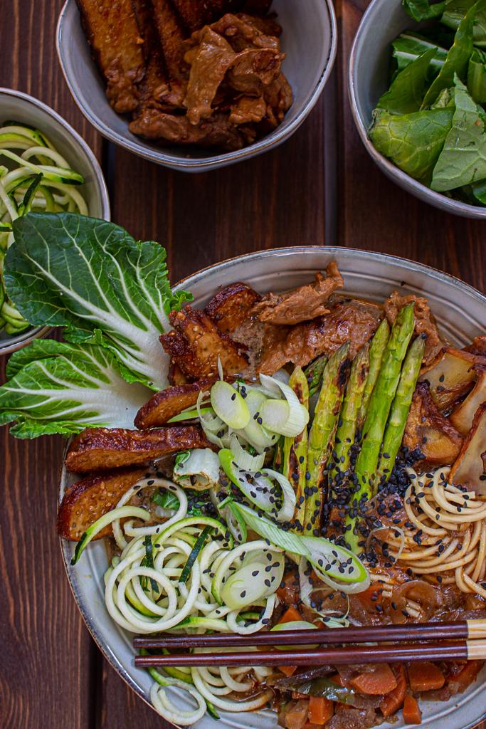 Vegane Ramen mit grünem Spargel