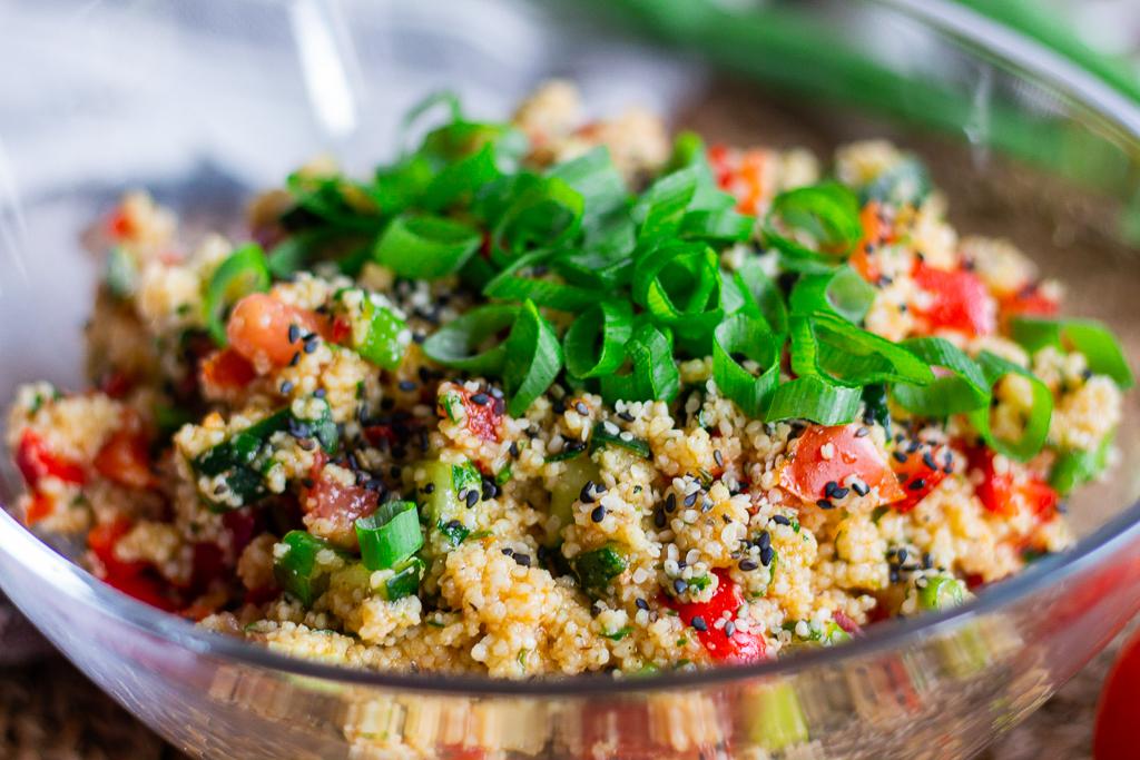 Veganer Couscous-Salat - am besten sind die Gemüsestücke möglichst fein gewürfelt.