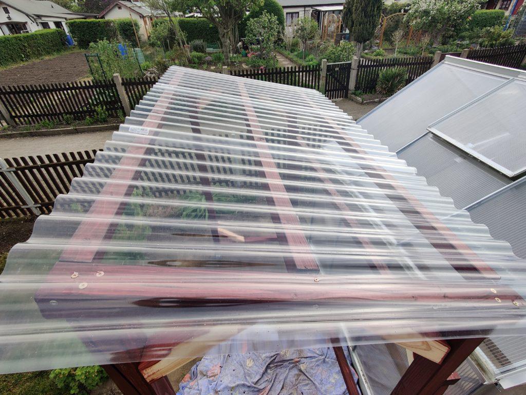 PVC-Welldach auf dem Tomatenhaus