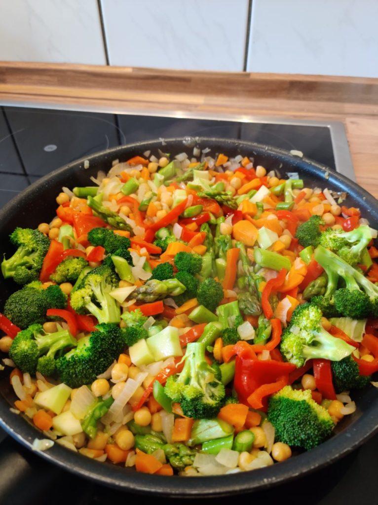 Gemüse für veganes Linsencurry in einer Pfanne