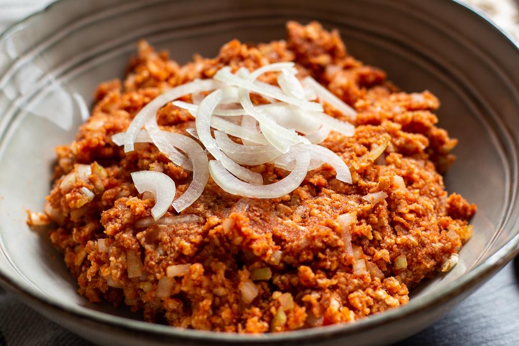 Lecker mit frischen Zwiebeln: veganes Mett aus Reiswaffeln