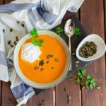 Vegane Tomaten-Kürbissuppe mit Meerrettich