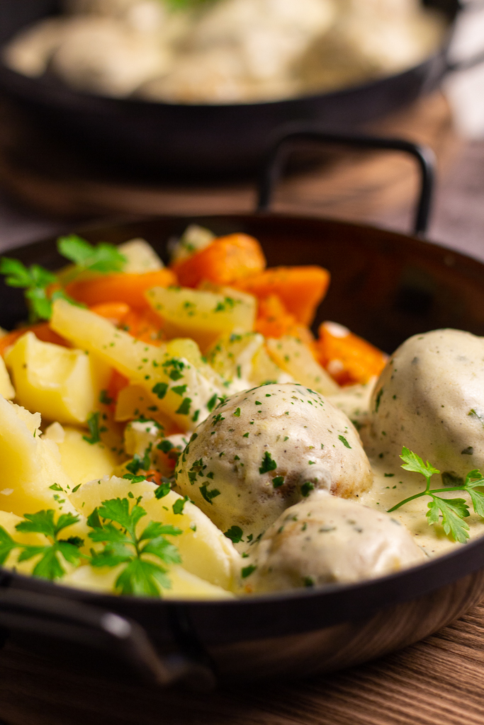 Als Beilage zu Königsberger Klopsen empfiehlt sich ein leckeres Möhren-Kohlrabigemüse und Salzkartoffeln