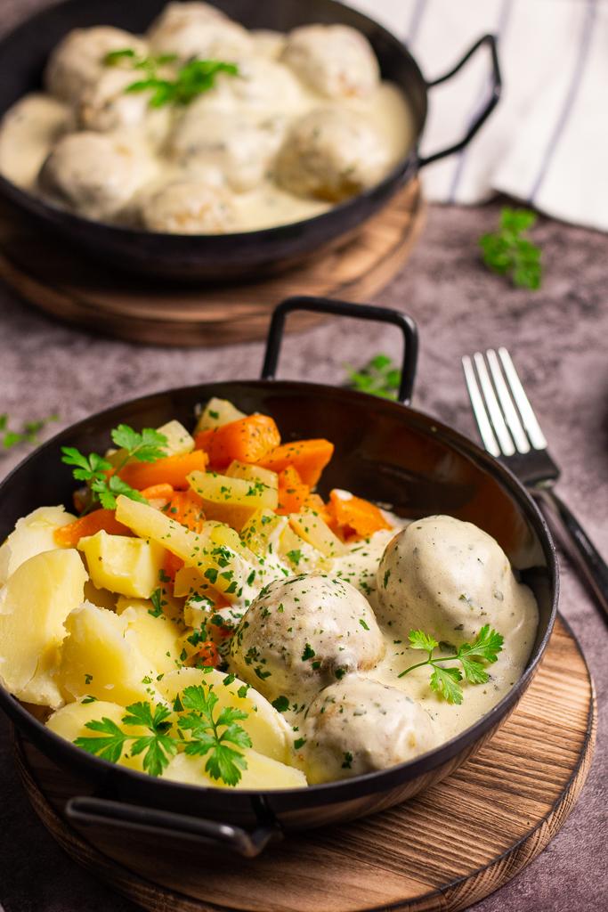 Gut gebrüht ist halb gekocht - vegane Königsberger Klopse sind nicht weit vom Original entfernt.