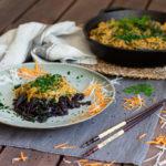 Cremige vegane Gemüsepfanne mit schwarzen Reisnudeln
