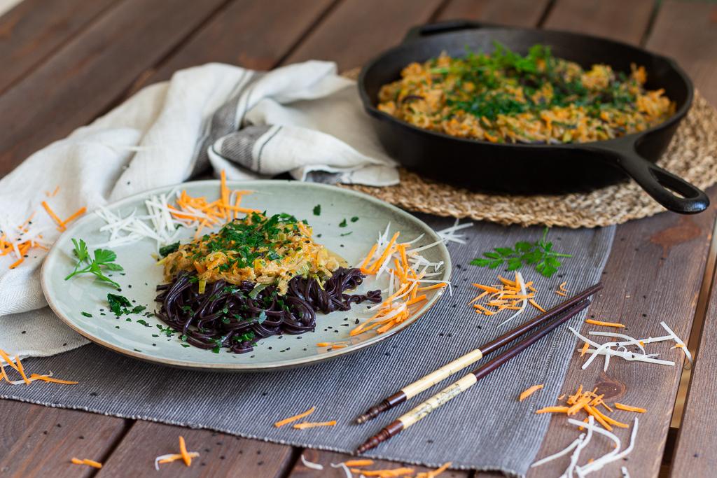 Cremige vegane Gemüsepfanne mit schwarzen Reisnudeln 4