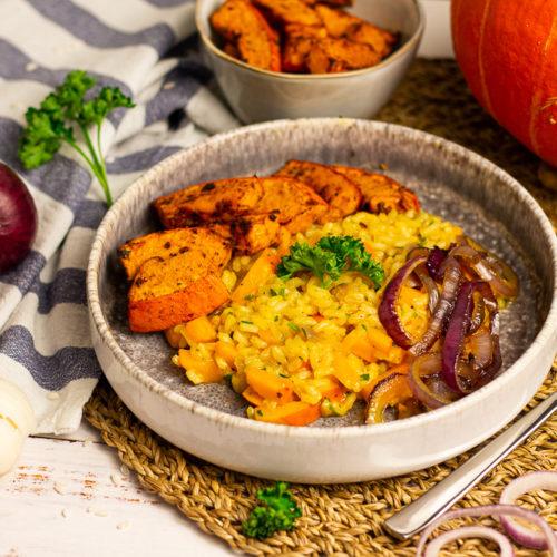 Veganes Kürbisrisotto mit gebackenem Kürbis und karamellisierten Zwiebelringen 3