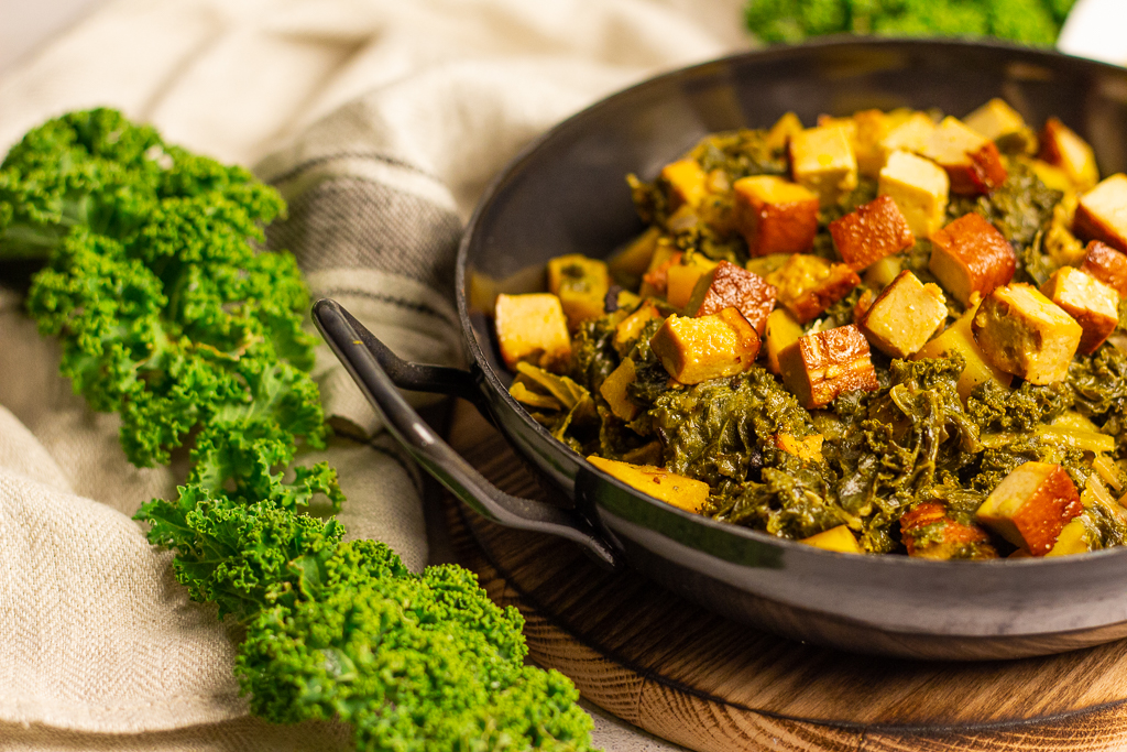 Leckerer veganer Grünkohl in einer schwarzen Pfanne