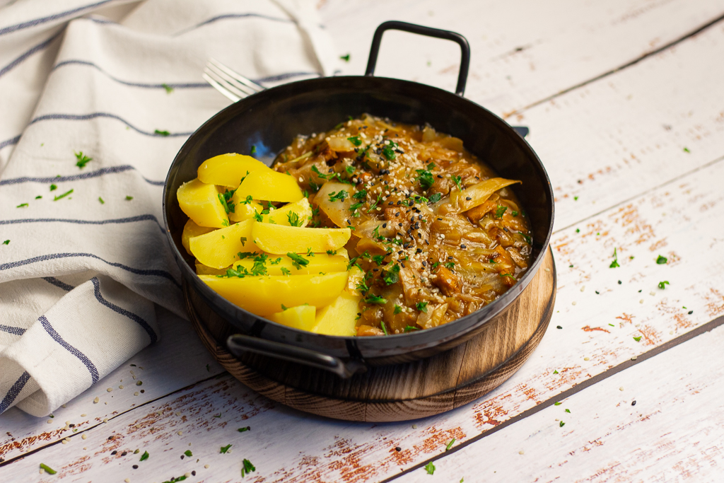 Leckere vegane Spitzkohlpfanne mit Lupinengeschnetzeltem