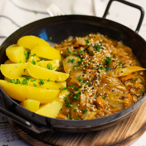 Vegane Spitzkohlpfanne mit Kartoffeln und brauner Soße