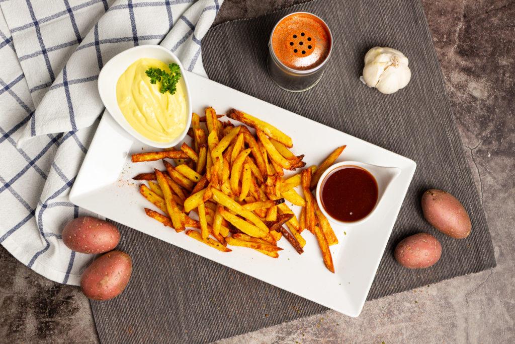 Perfekte Backofenpommes schmecken am besten mit Mayonnaise und Ketchup