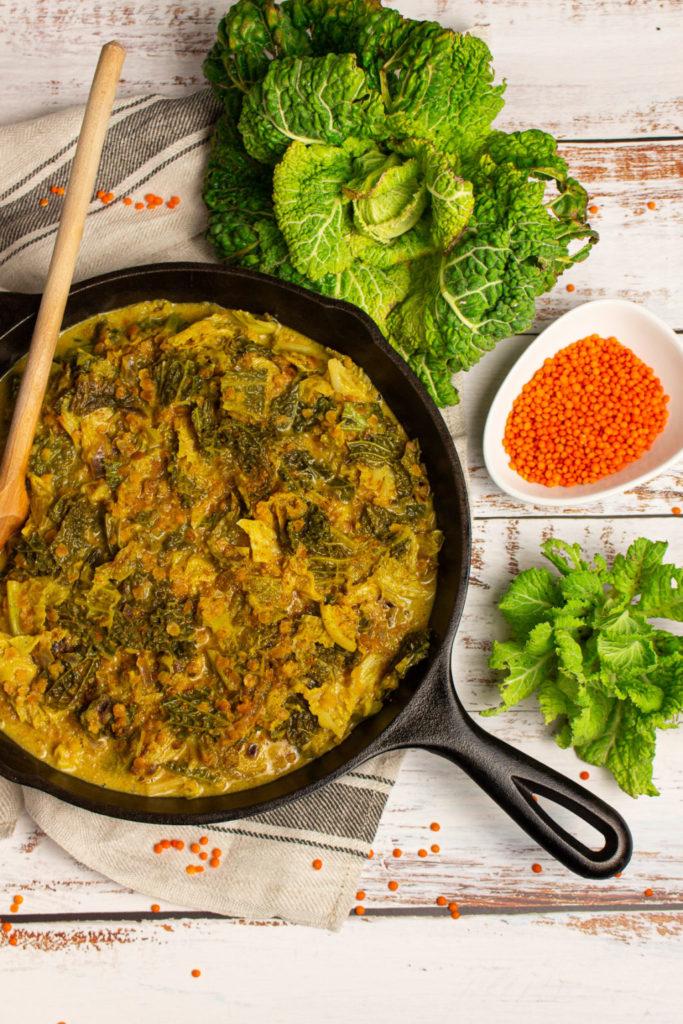 Leckeres veganes Wirsing-Curry mit Kokosmilch und roten Linsen
