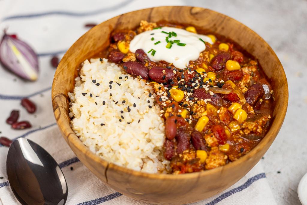 Veganes Chili Sin Carne in einer Holzschüssel