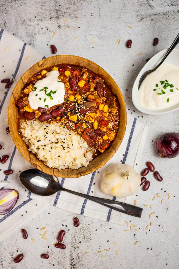 Veganes Chili Sin Carne selber machen - Angerichtet mit Vollkornreis und Soja-Joghurt
