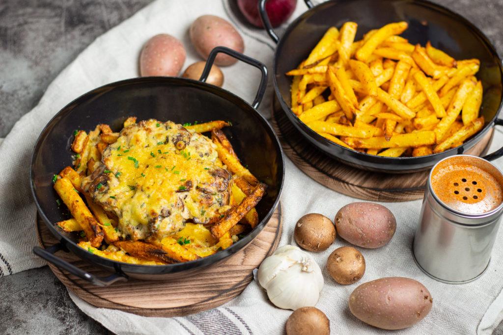 Des beste aus Kartoffeln und PIlzen: Vegane Poutine mit Champignon-Rahmsoße