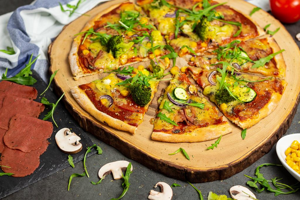 Knusprige vegane Pizza mit schnellem Pizzateig