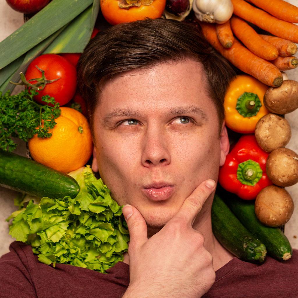 Max Boczek in einem Meer aus Obst und Gemüse