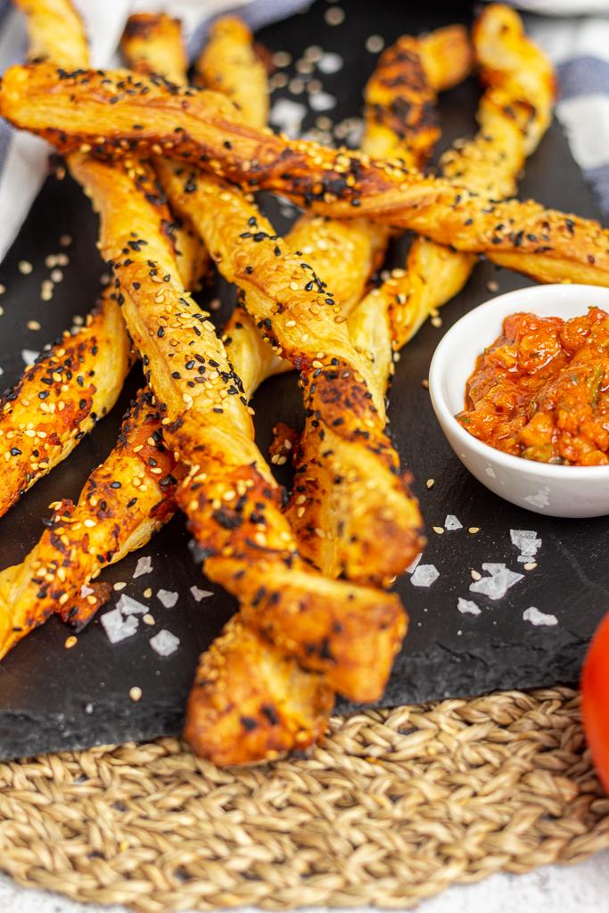 Mein idealer veganer Snack für zwischendurch: Mediterrane Snackstangen aus Blätterteig