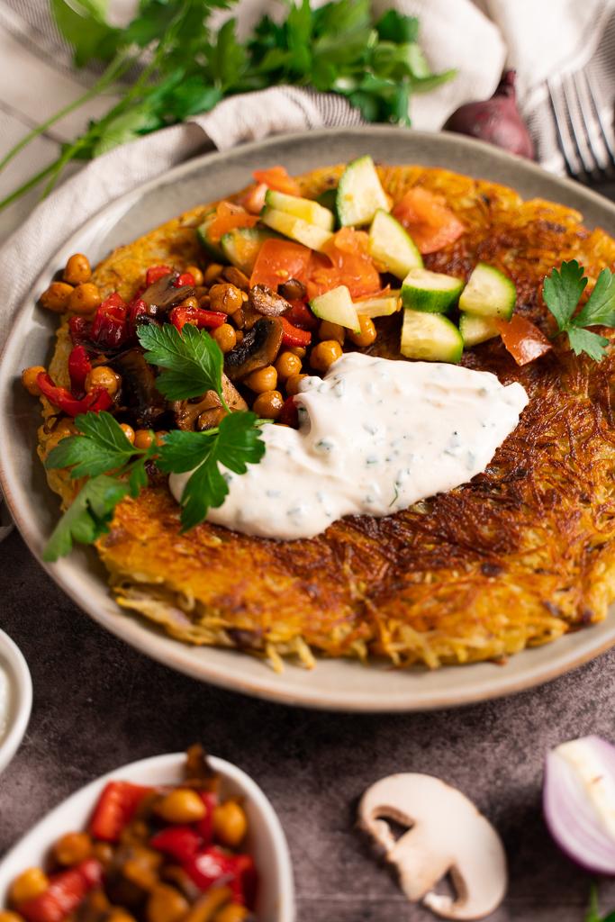 Eine leckere Herzhafte Beilage für Kartoffelpuffer bilden Pilze, Paprika und Kichererbsen.