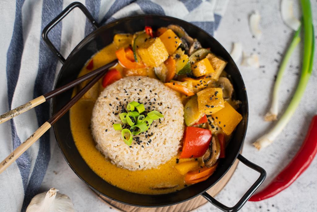Buntes Gemüse mit goldbraunem Tofu in leckerer Soße. Das Ergebnis meines Rezepts für rotes Thai Curry.