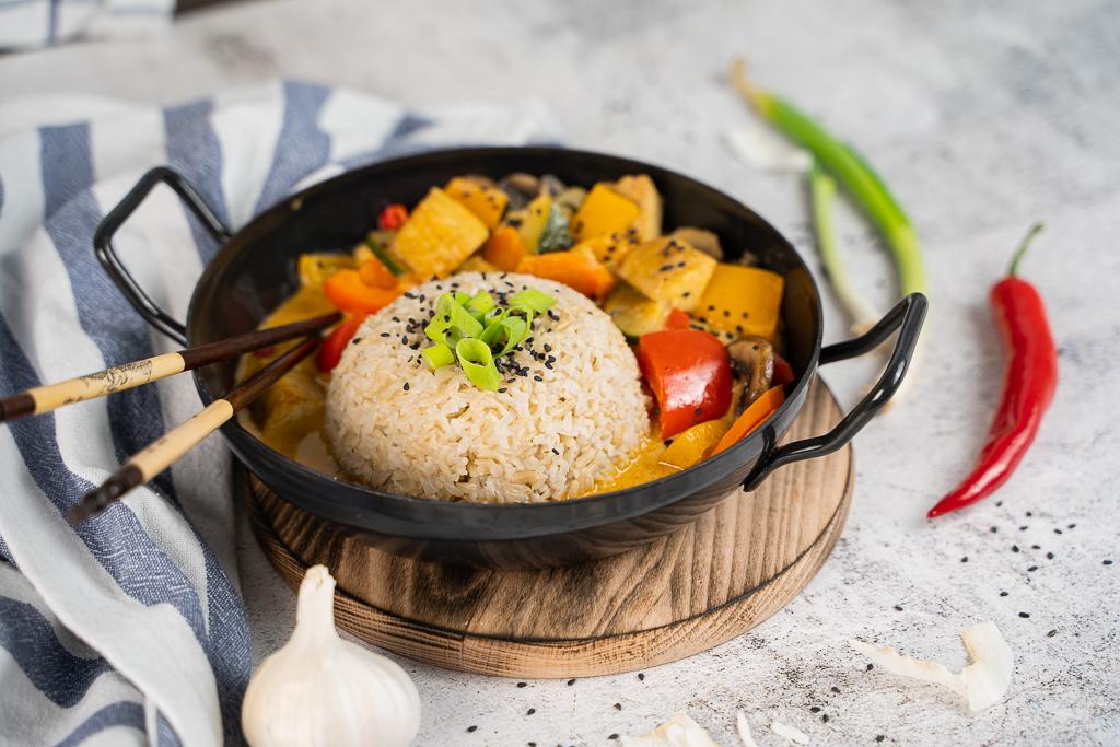 Ein leckeres Thai Curry lebt von seinen frischen Zutaten. Das Thai Curry auf diesem Bild ist veredelt mit frischen Lauchzwiebeln und Sesam.