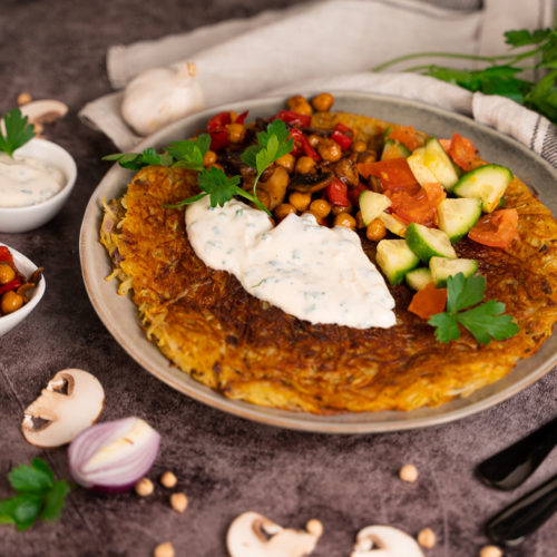 Vegane Kartoffelpuffer mit gemischtem Kichererbsengemüse, Salat und Dip