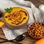 Vegane Kürbiscremesuppe mit gerösteten Kichererbsen