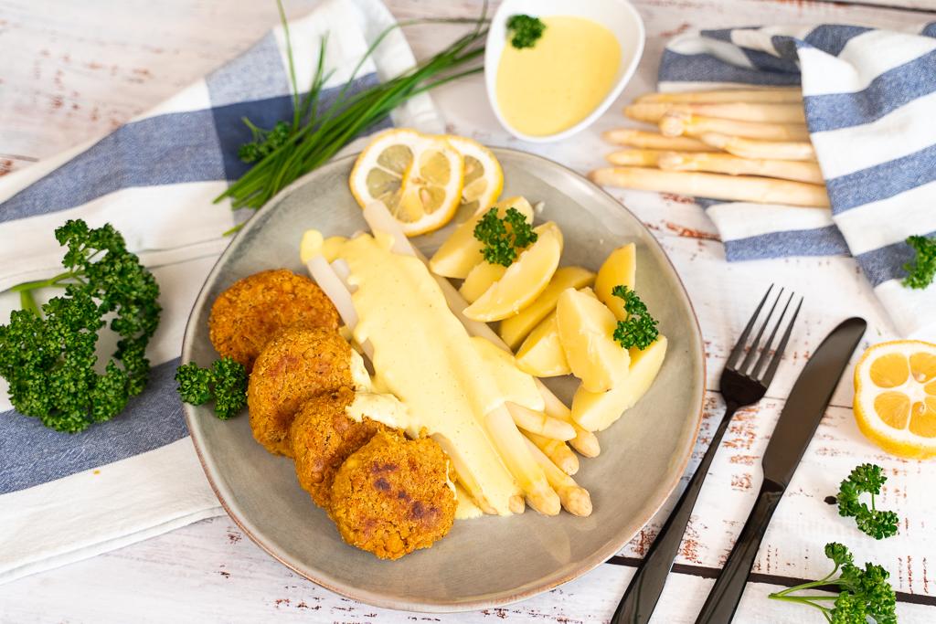 Ein knuspriger Begleiter zu leckerem Spargel: vegane Hummus-Harissa Bratlinge