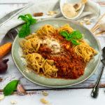 Die perfekte vegane Bolognese mit Cashew-Parmesan