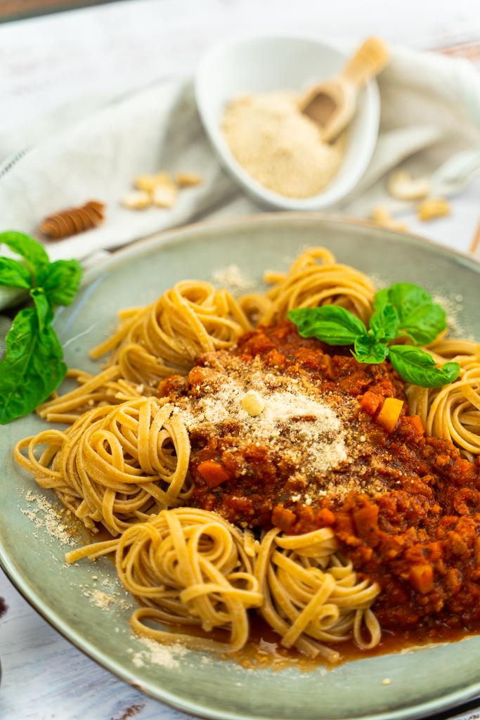 Eine Vegane Bolognese Zubereiten ist ganz einfach. Am Ende ist sie schön dekoriert auf einem Teller ein Gaumenschmaus!