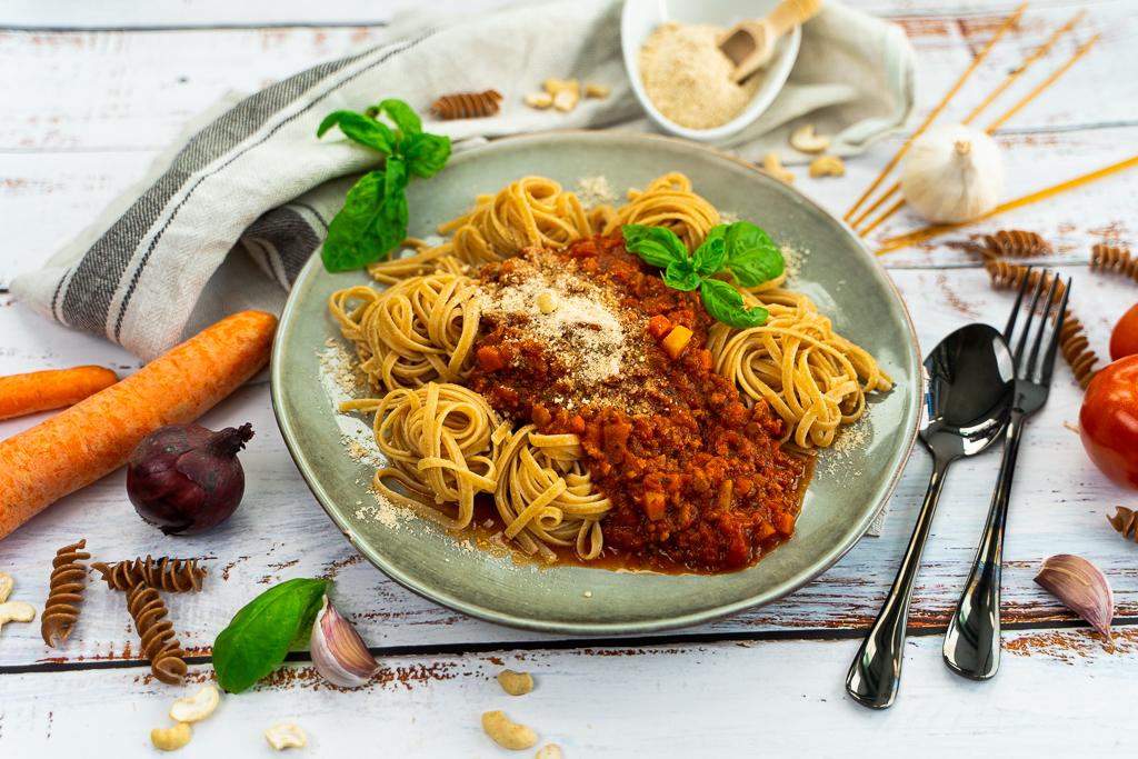 Eine leckere vegane Bolognese mit vielen mediterranen Zutaten