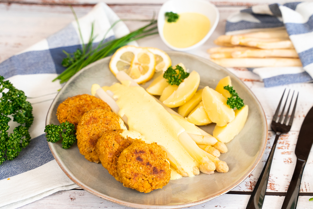 Spargel mit veganer Hollandaise, Salzkartoffeln und Bratlingen