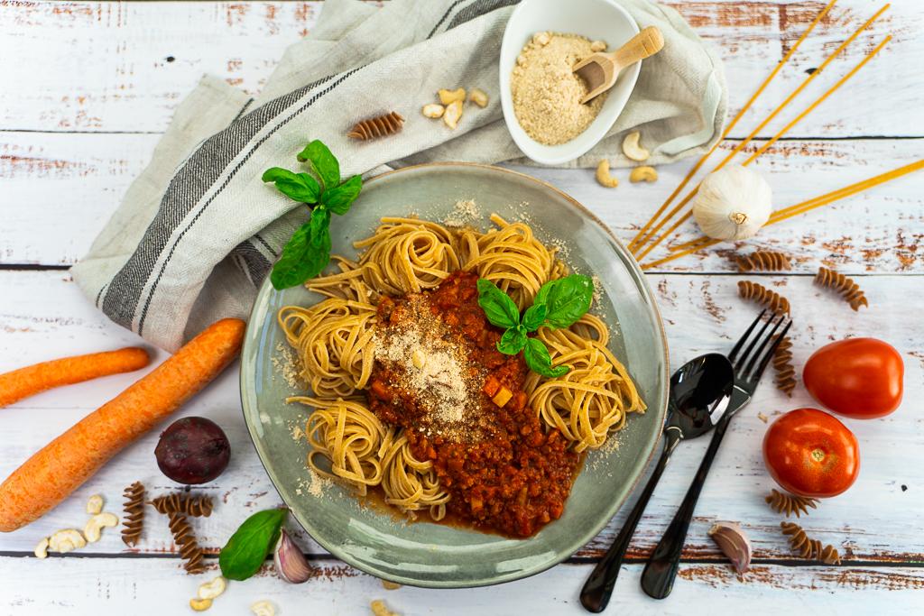 Du kannst viele verschiedene Zutaten als Hack-Ersatz für eine vegane Bolognese verwenden.