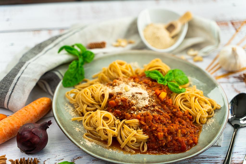 Perfekt zu veganer Bolognese: Feiner veganer Parmesan aus Cashewkernen.