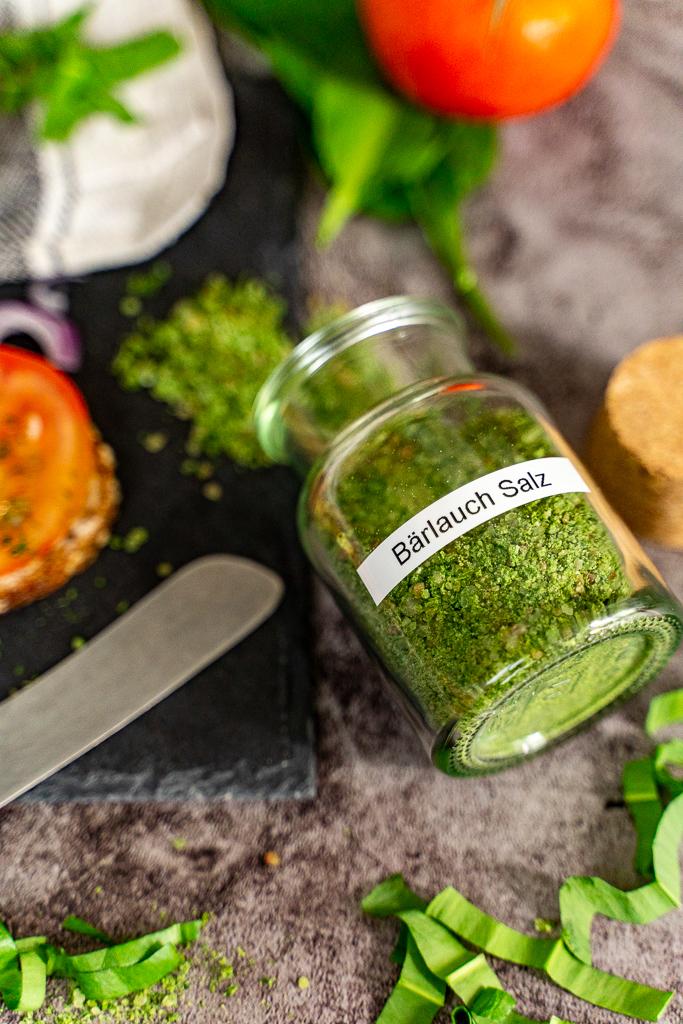 In einem Vorratsglas ist das Bärlauch-Salz lange haltbar.