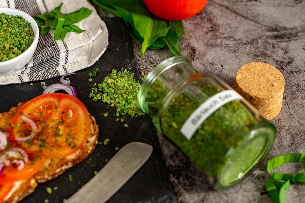 Leckeres selbstgemachtes Bärlauch-Salz auf einem Tomatenbrot.