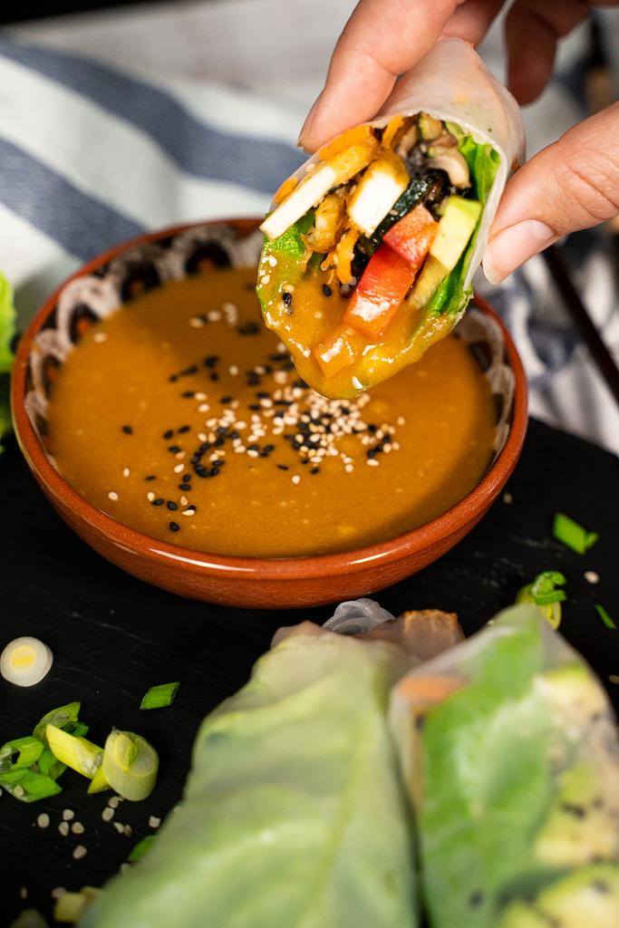 Eine leckere hellbraune Erdnuss-Soße, in der leckere Summer-Rolls gedippt werden.