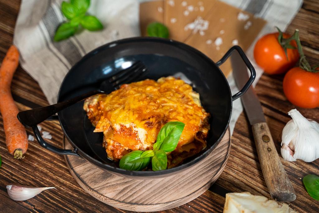 Die feine weiße Béchamelsoße macht die vegane Lasagne erst richtig cremig!